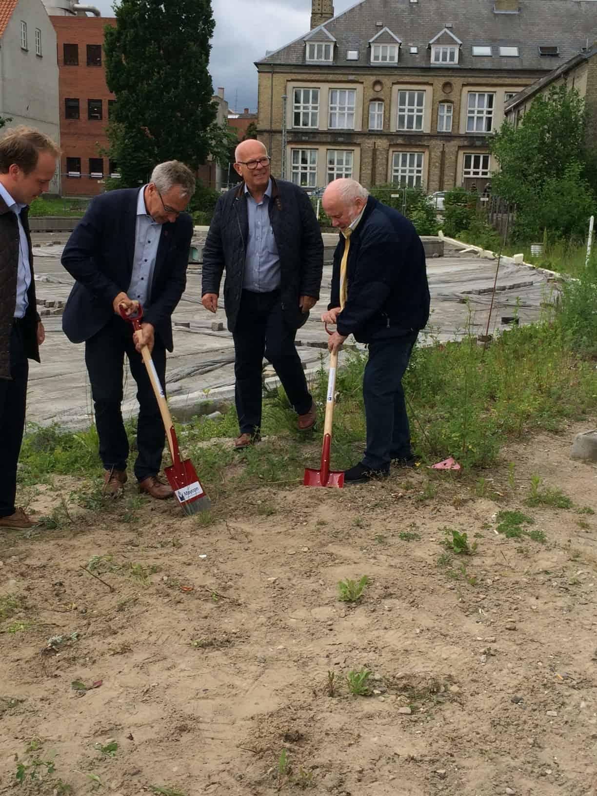 Borgmester John Brædder Bakker Op Om Støberiet